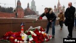 Оппозициялық саясаткер Борис Немцов қаза тапқан жерге гүл қойып жатқан адамдар. Мәскеу, 28 ақпан 2015 жыл.