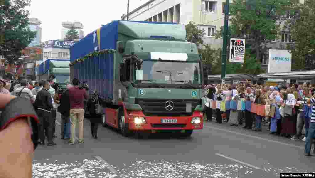 Первый из трех грузовиков покидает Сараево.