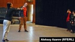 Әлеуметтік және инклюзивтік театр зертханасындағы шеберлік сабағы. Алматы, 4 ақпан 2017 жыл.