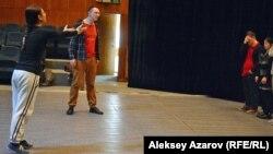 Эпизод мастер-класса в рамках Лаборатории социального и инклюзивного театра. Алматы, 4 февраля 2017 года.