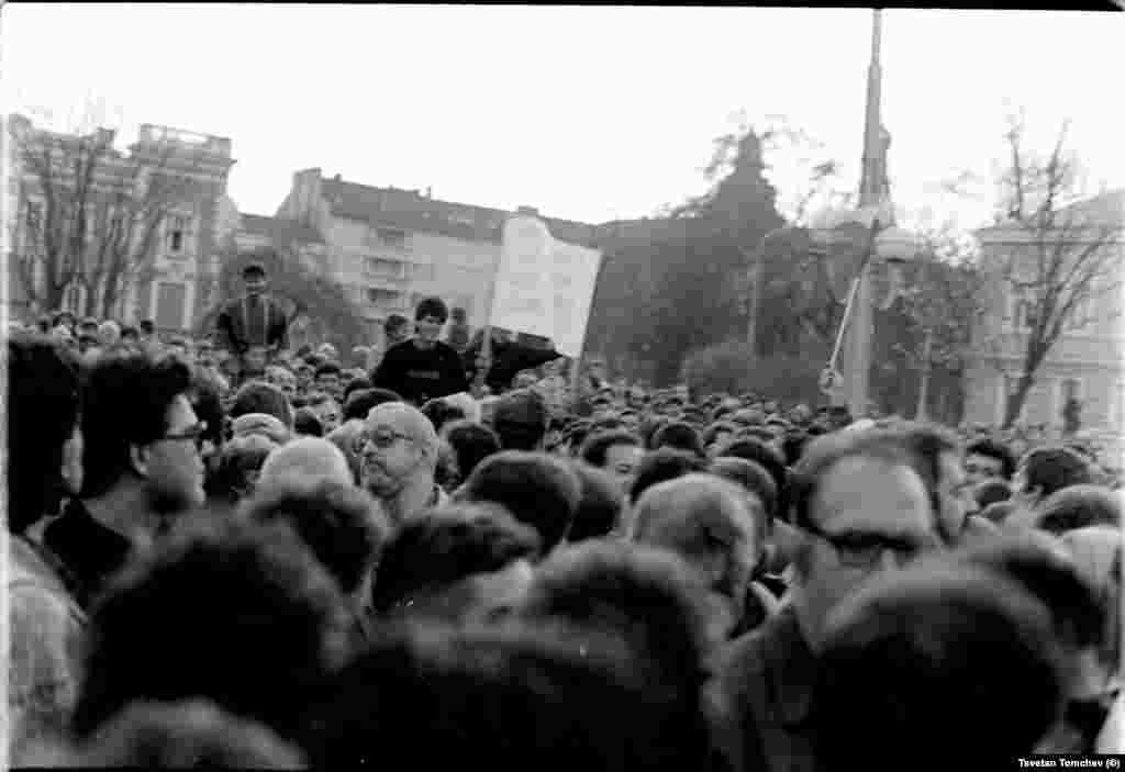 В лявата част на кадъра - кинокритикът Тони Андрейков (с очила и побеляла коса).