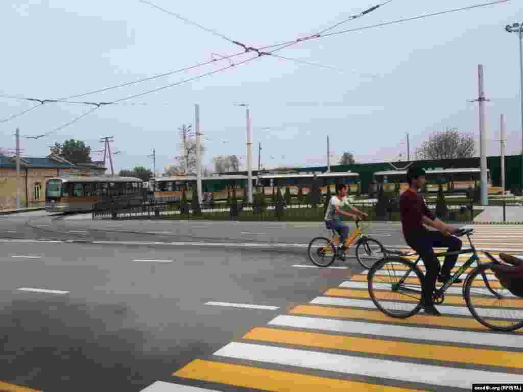 Режим работы городского трамвая, как сообщается, ежедневно с 6:00 до 23:00, интервал - семь минут.