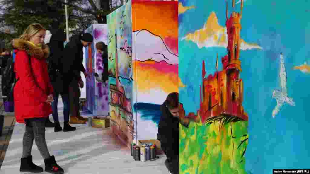 В сквере перед зданием Госсовета любой желающий мог разрисовать краской для граффити изображения достопримечательностей полуострова