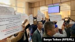 Сторонники главы незарегистрированной организации «Атажұрт еріктілері» Серикжана Билаша в суде, где рассматривается вопрос о продлении ему домашнего ареста. Нур-Султан, 14 июня 2019 года.