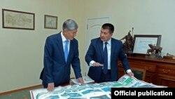 Айтмамат Кадырбаев экс-президент Алмазбек Атамбаев менен.