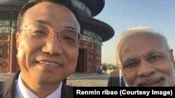 Селфи премьера Госсовета КНР Ли Кэцяна и премьер-министра Индии Нарендры Моди на фоне храма Неба в Пекине. Июнь 2015 года
