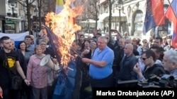 Vojislav Šešelj pali zastavu NATO-a u Beogradu, 24. mart 2019.