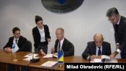 Direktor EBRD-a za BiH Ian Brown (u sredini) i ministar finansija BiH Vjekoslav Bevanda (desno) potpisuju ugovor o zajmu, Sarajevo, 22. decembar 2015.