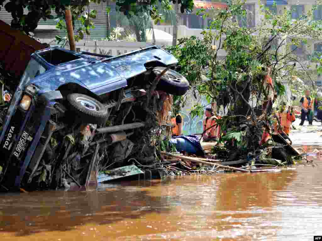 Более полусотни человек погибли из-за прорыва дамбы недалеко от столицы Индонезии Джакарты. Огромное количество воды из озера Ситу Гинтунг обрушилось на жилые дома (AFP)