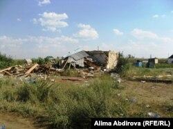 Дом после взрыва в дачном поселке Кызылжар на окраине Актобе. 30 июля 2011 года.