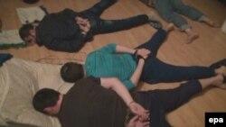 Жители квартиры на улице Наташи Качуевской во время задержания