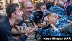 Столкновения участников протестов в Ереване с полицией