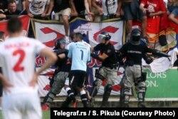 Golman Crvene zvezde Boban Bajković napada žandarma na dužnosti tokom utakmice sa Javorom, avgust 2013.