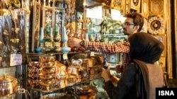 Иранский торговец показывает товар покупательнице.