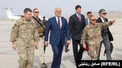 در این تصویر زلمی خلیلزاد (با لباس غیرنظامی در وسط تصویر) در جریان دیداری از قندهار؛ مارس ۲۰۱۹