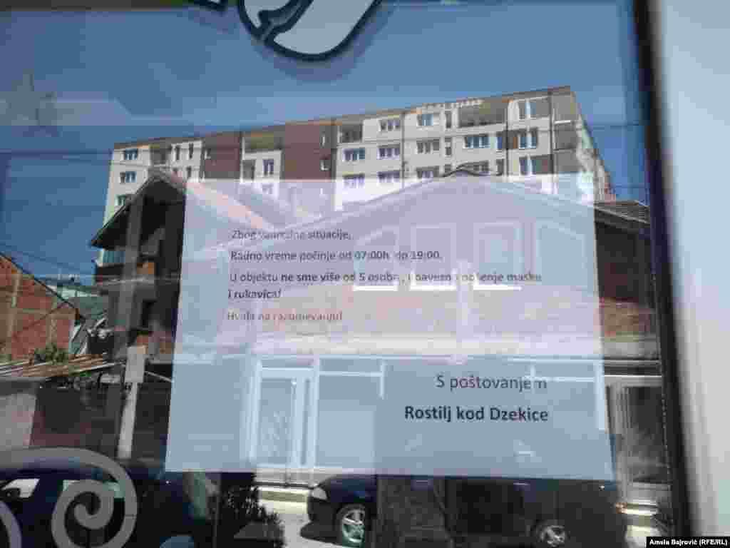 Natpis na jednoj od ugostiteljskih radnji u Novom Pazaru o nošenju odgovarajuće zaštitne opreme, 10 juli 2020.