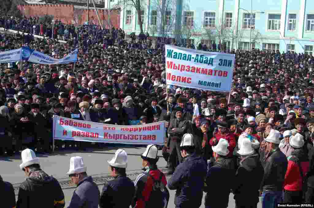 Protesters backed Osh Mayor Melis Myrzakhmatov and criticized President Almazbek Atambaev.