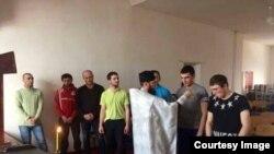 Служитель кафедрального собора Святого Георгия во Владикавказе отец Борис крестит заключенных