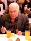 Семейная пара из Новосибирска бесплатно кормит пенсионеров обедами
