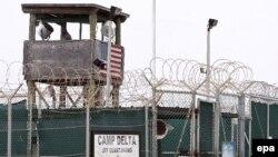 Вид на сторожевую вышку тюрьмы Гуантанамо. 9 октября 2007 года.