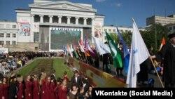 Собрание студентов и преподавателей перед главным зданием Уральского федерального университета