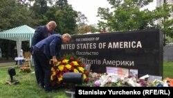 Возложение цветов у посольства США в Киеве, 29 августа 2018 года