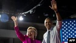 Барак Обама и Хиллари Клинтон во время минтинга в Шарлотте.