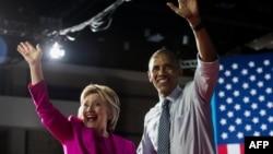 Претендент на номинацию кандидатом в президенты США от Демократической партии США Хиллари Клинтон (слева) и президент США Барак Обама. Северная Каролина, 5 июля 2016 года.