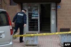 Një polic qëndron para banesës së Azem Vllasit, i cili u plagos në mars të vitit 2017.