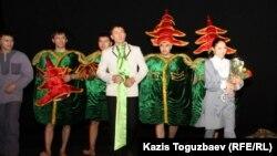 """Актеры театра """"Аксарай"""", сыгравшие в спектакле """"Лавина"""", Алматы, 14 марта 2012 года."""