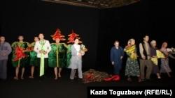 """""""Ақсарай"""" театрының артистері """"Көшкін"""" қойылымында. Алматы, 14 наурыз 2012 жыл."""