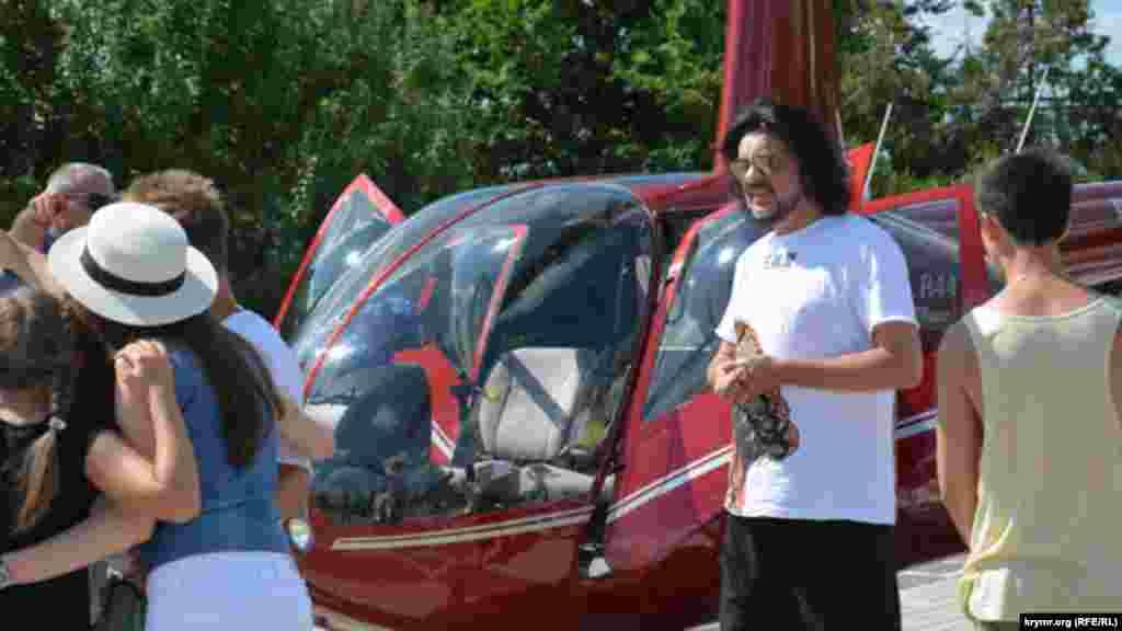 Олег Зубков отвозит ФилиппаКиркорова на вертолетную площадку, где певца уже ждет вертолет
