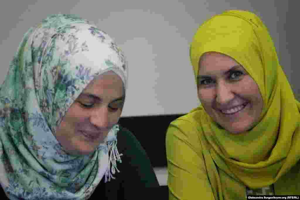 Слева направо: Мумине Салиева, супруга заключенного по «делу Хизб ут-Тахрир» Сейрана Салиева, и юрист Лиля Гемеджи