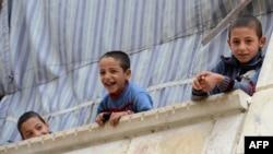 Սիրիա - Հալեպի թաղամասերից մեկում երեխաները ժպտում են լուսանկարչին, հոկտեմբեր, 2012թ․