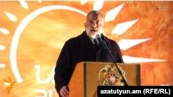 «Ժառանգության» առաջնորդ Րաֆֆի Հովհաննիսյանը ելույթ է ունենում Ազատության հրապարակում, Երևան, 6-ը դեկտեմբերի, 2015թ.