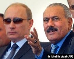 Али Абдалла Салех и Владимир Путин в 2011 году на авиасалоне в подмосковном Жуковском