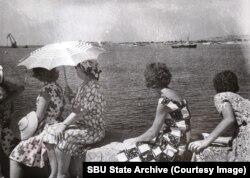 Женщины на фоне Севастопольской бухты