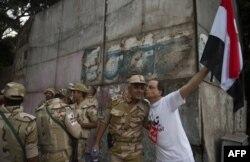 Мешканець Каїра вітає військових на вулиці міста, 3 липня 2013 року