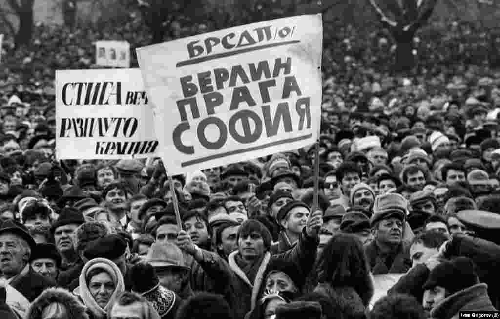 """Надписът """"БРСДП (о)"""" - Българска работническа социалдемократическа партия (обединена), издигнат на 18.11.1989 г., е референция към лявата опозиция, унищожена от БКП в края на 40-те години. За разлика от плакатите, апелиращи към преустройство, този тук е призив към възстановяване на многопартийната система. БРСДП (о) действително е възстановена броени дни след този първи митинг на опозицията и през декември 1989 става един от съучредителите на СДС. Три месеца по-късно премахва от името си думата """"работническа"""" и оттук нататък е известна като БСДП. В първата година от падането на Живков БСДП, заедно с БЗНС, е най-популярната и силна партия на новата опозиция."""