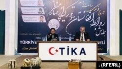 علی ارغون چنار، مسئول دفتر تیکا در هرات (راست)
