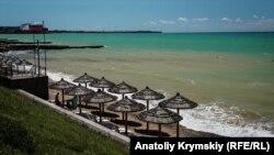 Пляж в крымском поселке Песчаное, конец июня 2019 года