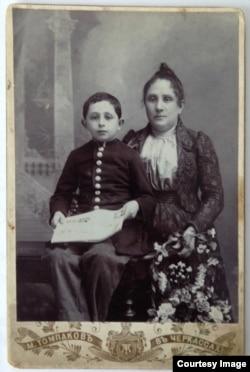 Лев Штрум с матерью Сарой Лейбовной, 1900-е годы