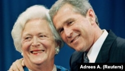 Barbara Bush oğlu, prezident George W. Bush-la