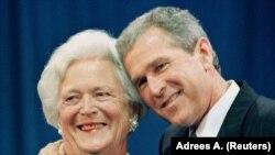 George W. Bush anası Barbara Bush ilə