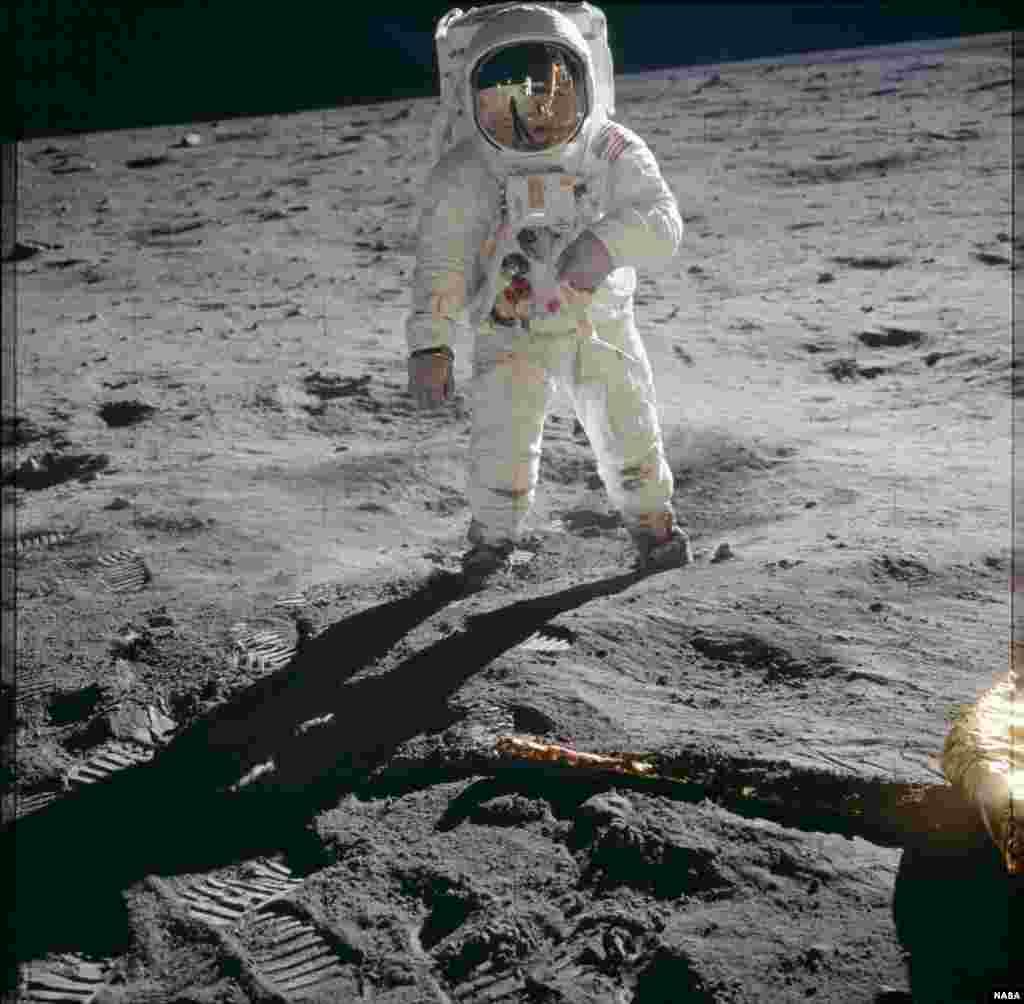 """Программа """"Аполлон"""" была запущена в 1961 году. Тем не менее впервые человек ступил на поверхность Луны только восемь лет спустя. На фото - Базз Олдрин, один из первых людей, побывавших на Луне во время миссии """"Аполлон-11""""."""