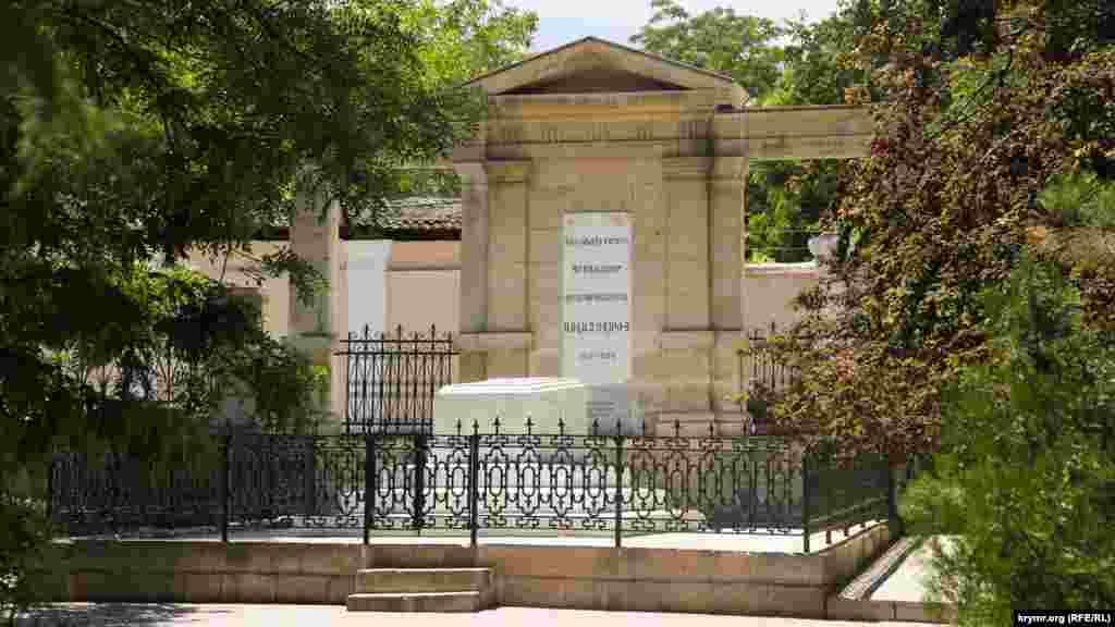 Могила Івана Айвазовського. Вона розташовується в південній частині міста Феодосія – там, де до вулиці Вірменської примикає провулок Айвазовського