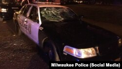 Полицейская машина, пострадавшая в ходе беспорядков