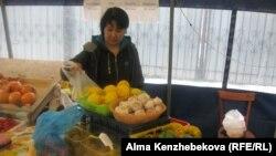 Продавец в павильоне, принадлежащем социально-предпринимательской корпорации. Алматы, 7 марта 2014 года.