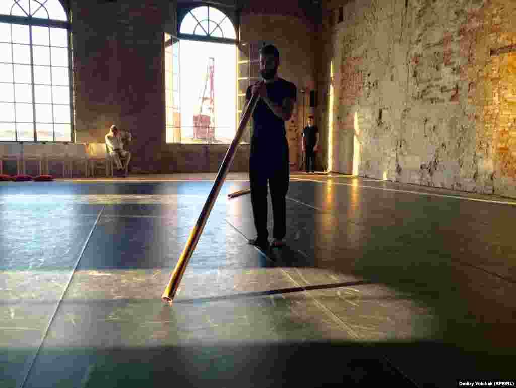 """Одна из самых красивых хореографических постановок танцевальной биеннале называется """"Ra-Me"""": трое юношей танцуют с медными трубами"""