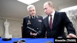 Президент России Владимир Путин (справа) и глава МВД Владимир Колокольцев